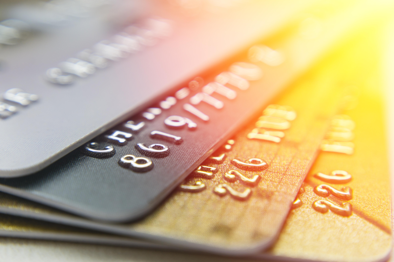 個人名義(法人口座決済用)の法人カードと、その仕組み・会社名義カードとの違いとは?審査対象は法人代表者・法人どっち?